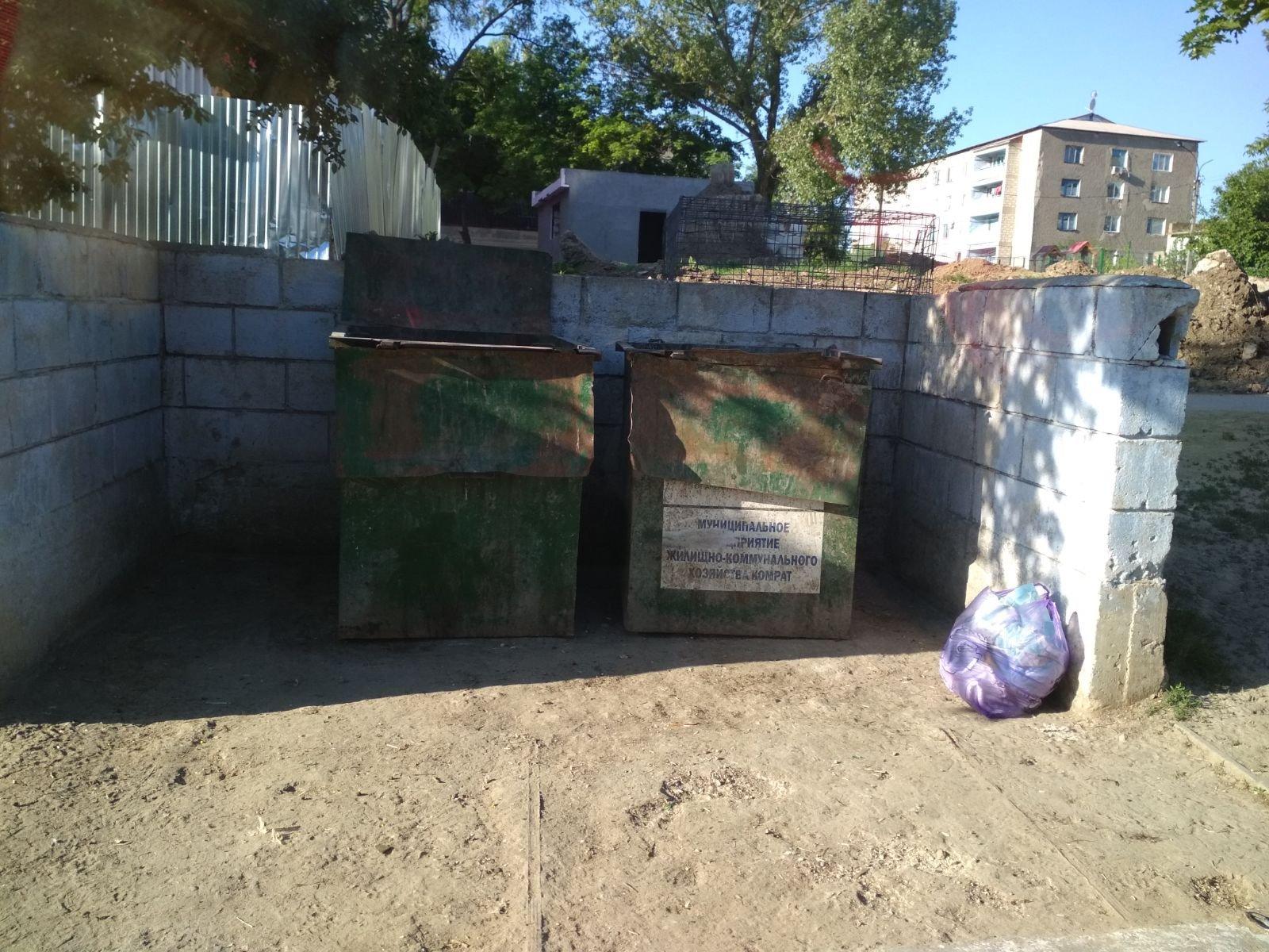 Администрация МП ЖКХ Комрата просит горожан не оставлять пакеты с мусором рядом с контейнерами