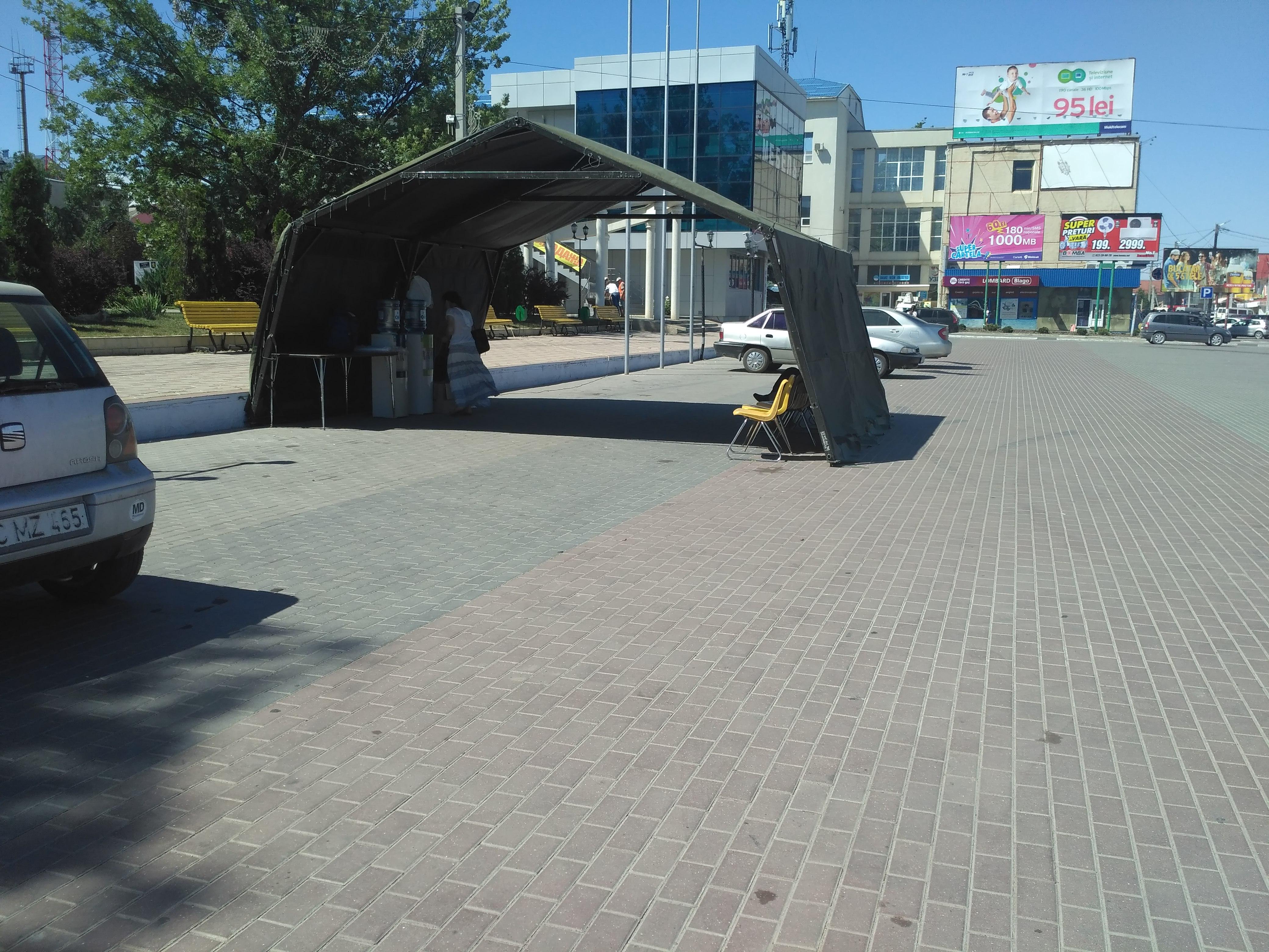На центральной площади Комрата установлена палатка на время жары