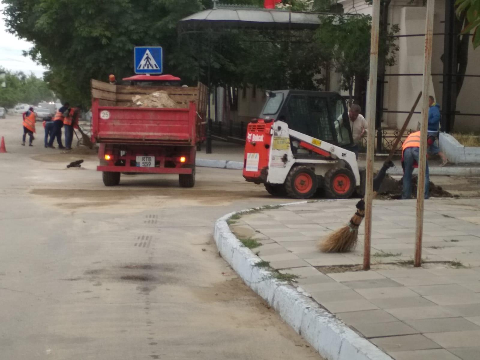 Работники МП ЖКХ Комрат проводят уборку щебня после ночного ливня