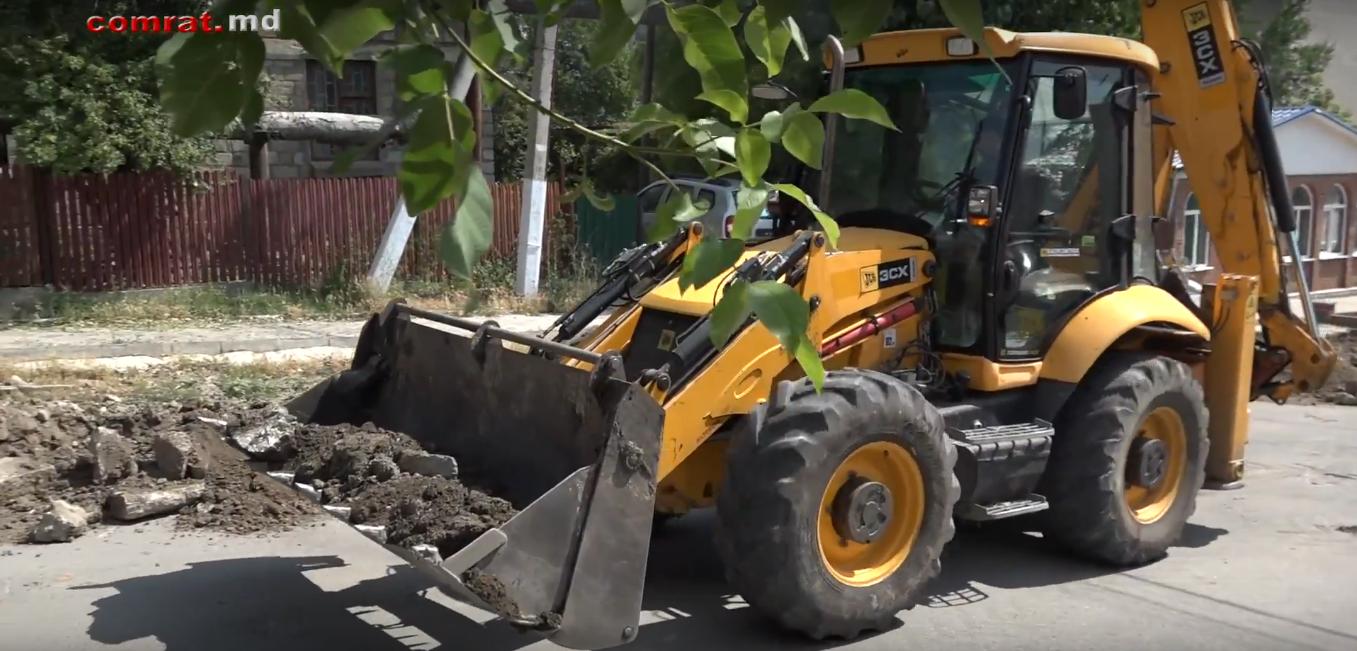 Обновляется дорожное покрытие и тротуар на ул. Комсомольская м.Комрат