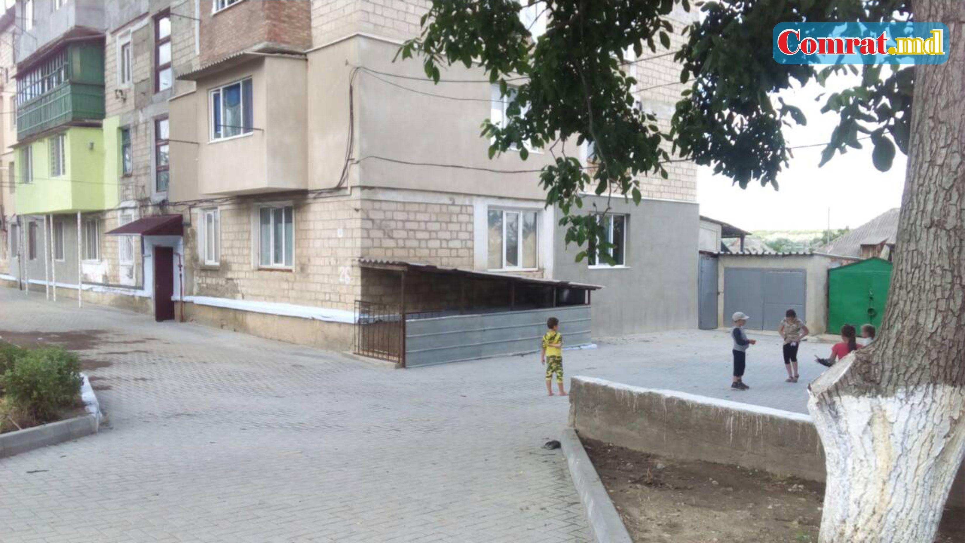 Благоустраивается двор в поселке ЖБИ м Комрат